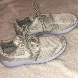 Nike Roshe (Size 8)